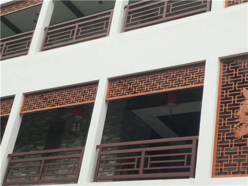 铝格栅窗花是由铝槽合盖及实心铝扁条制作 而成的新型防护窗,因可以