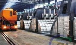 东兴铝业电解作业区使用氟盐添加车一举多得