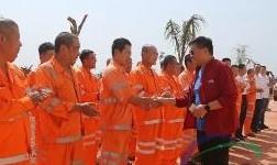 魏桥创业集团副董事长、中国宏桥集团行政总裁张波视察几内亚项目慰问中几员工