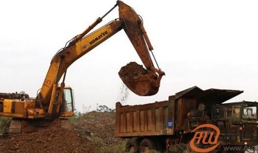 平果县人民法院冒雨执行三天将约18000吨铝土矿变现