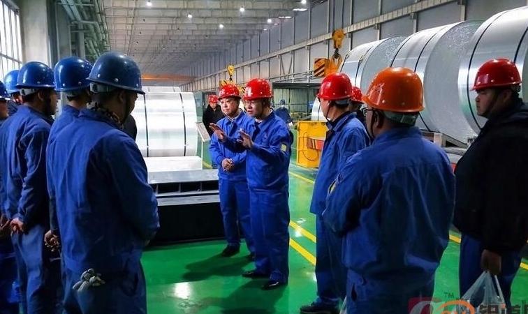 东兴铝业公司领导除夕夜慰问公司一线职工