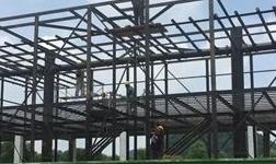来宾迁江10万吨大扁锭项目1号线熔保炉顺利完成了主体安装