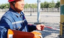 天山铝业输变电事业部员工高温天气坚守检修一线