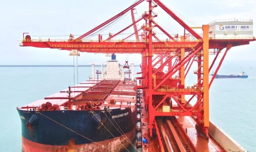29.38万吨!山东港口烟台港迎来全 球实载量Z大铝土矿船舶
