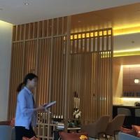 木纹铝屏风_楼盘销售中心装饰木纹屏风