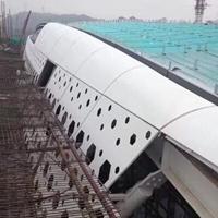 體育館彎弧乳白六角孔鋁單板生產構造