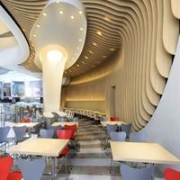 餐厅木纹弧形铝方通吊顶_仿木纹造型方通