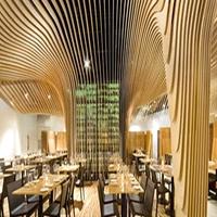 自助餐厅弧形木纹铝方通_造型铝方通吊顶