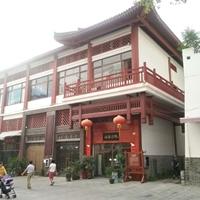 寺庙商店二层护栏红木纹铝花格_铝挂落厂家