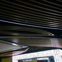 學校餐廳木紋鋁方通天花_弧形鋁方通