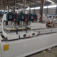 在工地上制作塑钢门窗用到的塑钢机器